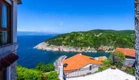 Adriatisches Meer der wunderbaren romantischen Sommernachmittagslandschaftspanoramaküstenlinie Das magische klare transparente bl Lizenzfreie Stockbilder
