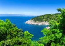 Adriatisches Meer der wunderbaren romantischen Sommernachmittagslandschaftspanoramaküstenlinie Das magische klare transparente bl Stockbilder