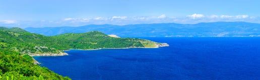 Adriatisches Meer der wunderbaren romantischen Sommernachmittagslandschaftspanoramaküstenlinie Das magische klare transparente az Stockfotos