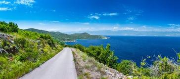 Adriatisches Meer der wunderbaren romantischen Sommernachmittagslandschaftspanoramaküstenlinie Eine schmale Gebirgsstraße über de Lizenzfreies Stockfoto
