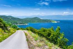 Adriatisches Meer der wunderbaren romantischen Sommernachmittagslandschaftspanoramaküstenlinie Eine schmale Gebirgsstraße über de Stockfoto