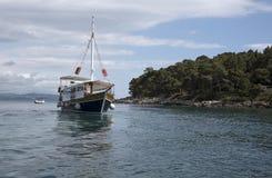 Adriatisches Meer eine Yacht vor der Insel von Lokrum Kroatien Lizenzfreies Stockbild