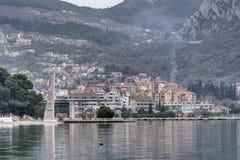 Adriatisches Meer-Kotor-Bucht mit Häusern auf dem Ufer Lizenzfreie Stockfotos