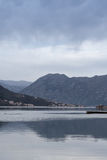 Adriatisches Meer-Kotor-Bucht mit Häusern auf dem Ufer Lizenzfreie Stockfotografie