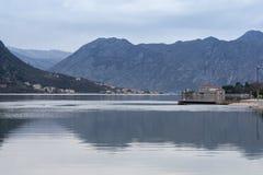 Adriatisches Meer-Kotor-Bucht mit Häusern auf dem Ufer Stockfotografie
