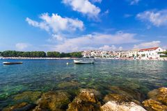 Adriatisches Meer, Kroatien, Landschaft mit Boot Stockfotografie