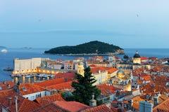 Adriatisches Meer mit alter Stadt und Heilig-Blaise-Kirche Dubrovnik Stockfoto