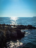 Adriatisches Meer mit Felsen im Vordergrund Stockfoto