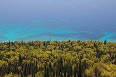 Adriatisches Meer mit Kiefern- und Zypressenwald Lizenzfreie Stockfotos