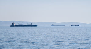 Adriatisches Meer mit mehreren versendet auf Horizont Lizenzfreie Stockfotos