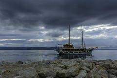 Adriatisches Meer mit sich hin- und herbewegendem Schiff - Brela, Kroatien Stockfotografie