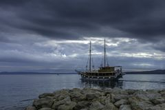 Adriatisches Meer mit sich hin- und herbewegendem Schiff - Brela, Kroatien Stockbild