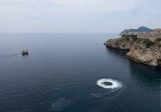 Adriatisches Meer mit touristischem Kreuzfahrt Boot und seado Stockbild