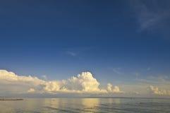 Adriatisches Meer mit Wolken Lizenzfreies Stockfoto