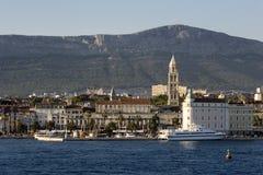 Adriatisches Meer, spaltete alte Stadt und Berg Kozjak auf Stockfotos