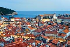 Adriatisches Meer und alte Stadt mit Heilig-Blaise-Kirche Dubrovnik Stockfotos