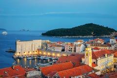 Adriatisches Meer und alte Stadt spät am Abend in Dubrovnik Stockbilder