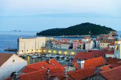 Adriatisches Meer und alte Stadt spät am Abend in Dubrovnik Stockfotografie
