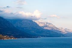 Adriatisches Meer und Berge Stockfoto