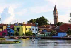 Adriatisches Meer und der Glockenturm von BURANO und von farbigen Häusern Stockfotografie