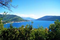 Adriatisches Meer und die grüne Krone Lizenzfreies Stockfoto