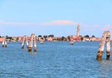 Adriatisches Meer und die kleine Insel von Burano mit bunten Häusern Lizenzfreie Stockbilder