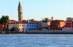 Adriatisches Meer und die kleine Insel von Burano mit bunten Häusern Lizenzfreies Stockbild