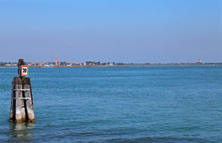 Adriatisches Meer und die kleine Insel von Burano nahe Venedig Lizenzfreies Stockbild