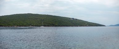 Adriatisches Meer und grüner Hügel Stockfotografie