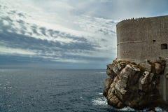 Adriatisches Meer und mittelalterliche Stadtmauern Stockfotografie