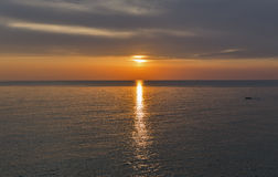 Adriatisches Meer und roter blauer Himmel bei Sonnenuntergang in Kroatien Stockfotografie