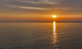 Adriatisches Meer und roter blauer Himmel bei Sonnenuntergang in Kroatien Stockbild