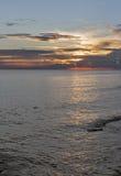 Adriatisches Meer und roter blauer Himmel bei Sonnenuntergang in Kroatien Lizenzfreies Stockbild