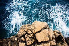 Adriatisches Meerwasser und Felsen Stockfotos