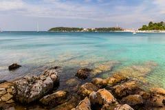 Adriatisches Seeansicht bei Rovinj, populärer touristischer Bestimmungsort der kroatischen Küste Stockfotografie