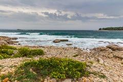 Adriatisches Seeansicht bei Rovinj, populärer touristischer Bestimmungsort der kroatischen Küste Lizenzfreie Stockfotografie