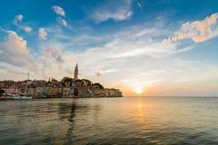 Adriatisches Seeansicht bei Rovinj, populärer touristischer Bestimmungsort der kroatischen Küste Lizenzfreies Stockfoto