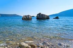 Adriatisches Seeküstenlinie mit Felsen und unscharfem Meerwasser Lizenzfreies Stockbild