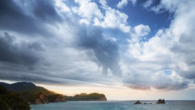 Adriatisches Seelandschaft mit bewölktem Himmel Stockfoto