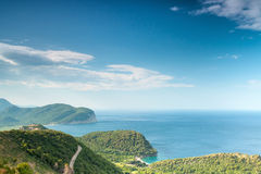 Adriatisches Seelandschaft mit blauem bewölktem Himmel Lizenzfreie Stockfotos