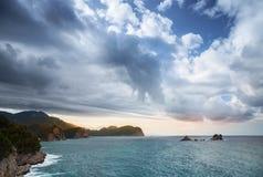 Adriatisches Seelandschaft mit drastischem Himmel Lizenzfreies Stockfoto