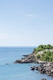 Adriatisches Seelandschaft mit Felsen auf der Küste Stockfotografie