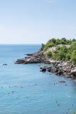Adriatisches Seelandschaft mit Felsen auf der Küste Stockbilder