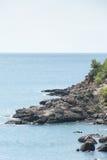 Adriatisches Seelandschaft mit Felsen auf der Küste Lizenzfreie Stockbilder