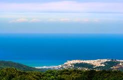 Adriatisches Seemeerblickpanoramahorizontitaliener Peschici-Dorfabstand Gargano - Apulien Stockfotografie