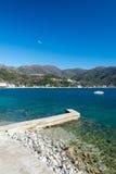 Adriatisches Seestrand am sonnigen Tag Lizenzfreies Stockfoto