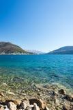 Adriatisches Seestrand am sonnigen Tag Lizenzfreies Stockbild