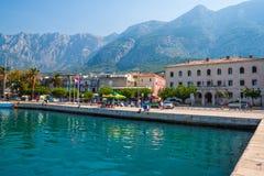 Adriatisches Seeufer mit kleinen Freizeitbooten innerhalb des Hafens von Makarska-Stadt Stockbilder
