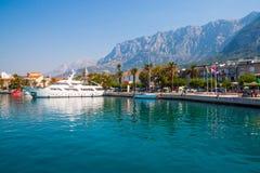 Adriatisches Seeufer mit kleinen Freizeitbooten innerhalb des Hafens von Makarska-Stadt Lizenzfreie Stockfotos
