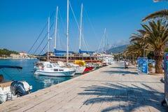 Adriatisches Seeufer mit kleinen Freizeitbooten innerhalb des Hafens von Makarska-Stadt Stockfotos